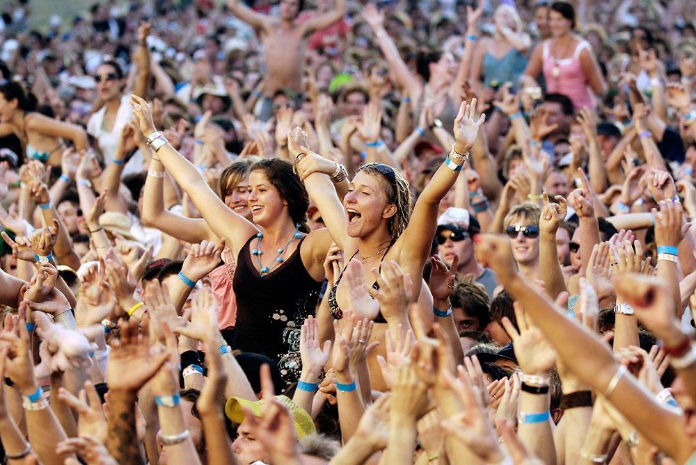Девки на концерте