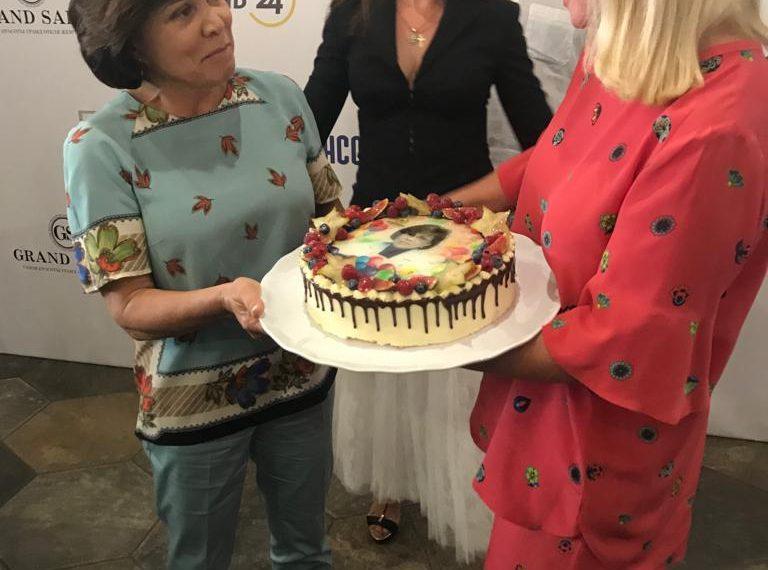 Картинка дарят торт
